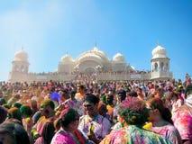 Het gelukkige Menigte Vieren bij het Holi-Festival van Kleuren in Spaanse Vork, Utah stock afbeeldingen