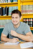 Het gelukkige mens bestuderen royalty-vrije stock foto