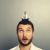 Het gelukkige mens ontspannen op het grote hoofd Royalty-vrije Stock Foto