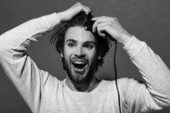 Het gelukkige mens scheren met scheerapparaat in ochtend royalty-vrije stock fotografie