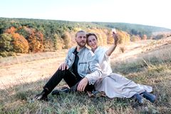 Het gelukkige middenleeftijdspaar maakt in openlucht selfie royalty-vrije stock foto's