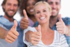 Het gelukkige modieuze groep geven beduimelt omhoog Royalty-vrije Stock Foto