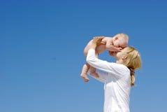 Het gelukkige moeder en baby spelen Royalty-vrije Stock Afbeeldingen