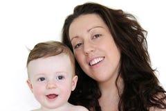 Het gelukkige moeder en babyzoon glimlachen stock fotografie