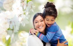 Het gelukkige moeder en dochter koesteren royalty-vrije stock afbeelding