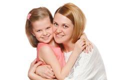 Het gelukkige moeder en dochter koesteren, geïsoleerd op witte achtergrond stock fotografie