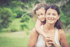 Het gelukkige moeder en dochter spelen in het park in de dagtijd Royalty-vrije Stock Fotografie