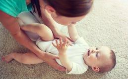 Het gelukkige moeder spelen met baby thuis royalty-vrije stock foto