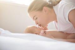 Het gelukkige moeder spelen met haar babymeisje thuis stock foto