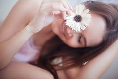 Het gelukkige mooie meisje glimlachen royalty-vrije stock fotografie
