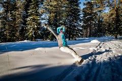 Het gelukkige mooie meisje spelen in de sneeuw tegen dag royalty-vrije stock foto