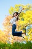 Het gelukkige mooie meisje springen Royalty-vrije Stock Afbeelding