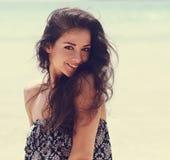 Het gelukkige mooie natuurlijke emotievrouw joying op blauwe overzeese backgro Royalty-vrije Stock Fotografie