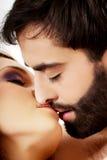 Het gelukkige mooie paar kussen Stock Afbeeldingen