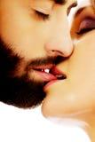 Het gelukkige mooie paar kussen Stock Afbeelding