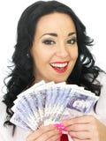 Het gelukkige Mooie Rijke Jonge Spaanse Geld van de Vrouwenholding Stock Foto's