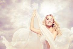 Het gelukkige mooie vrouw onbezorgde dansen met vliegende stof Royalty-vrije Stock Afbeeldingen