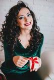 Het gelukkige mooie vrouw openen huidig voor de Dag van Valentine Stock Fotografie