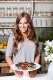 Het gelukkige mooie vrouw stellen met muffins royalty-vrije stock foto