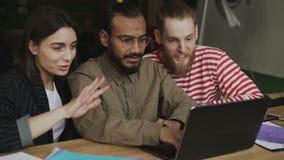 Het gelukkige multi-etnische team heeft onlive videovraag en het babbelen met vrienden in modern bureau stock videobeelden