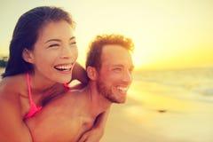 Het gelukkige multiculturele paar van de strandpret - de zomerliefde Stock Afbeeldingen