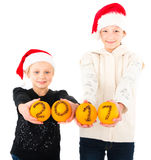 het gelukkige nieuwe jaar 2017 van 2 tienermeisjes Stock Foto