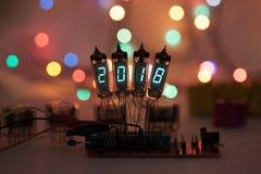 Het gelukkige nieuwe jaar wordt geschreven met een lamplicht Radio elektronische lampen 2018 Originele ontworpen gelukwens met a Stock Afbeelding