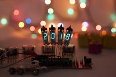 Het gelukkige nieuwe jaar wordt geschreven met een lamplicht Radio elektronische lampen 2018 Originele ontworpen gelukwens met a Stock Foto