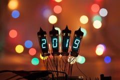 Het gelukkige nieuwe jaar wordt geschreven met een lamplicht Radio elektronische lampen 2019 Originele ontworpen gelukwens met a royalty-vrije stock foto