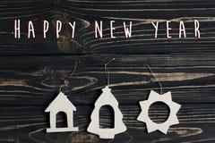 Het gelukkige nieuwe teken van de jaartekst op het eenvoudige speelgoed van Kerstmiseco op stylis Royalty-vrije Stock Fotografie