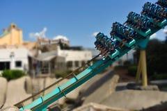 Het gelukkige ogenblik van mensen die in Kraken-achtbaan in Seaworld zitten royalty-vrije stock fotografie