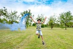 Het gelukkige onbezorgde jonge jongen spelen met een blauwe gloed royalty-vrije stock fotografie