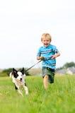 Het gelukkige onbezorgde jongen lopen Royalty-vrije Stock Foto
