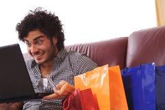 Het gelukkige online winkelen Royalty-vrije Stock Foto's