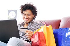 Het gelukkige online winkelen Stock Foto
