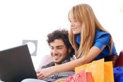Het gelukkige online winkelen Stock Foto's