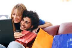 Het gelukkige online winkelen Royalty-vrije Stock Afbeeldingen