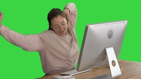 Het gelukkige ontspannen jonge vrouwenzitting uitrekken zich voor computer op het Groen Scherm, Chromasleutel stock videobeelden