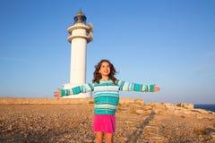 Het gelukkige open meisje van het wapensjonge geitje in Mediterrane vuurtoren Stock Afbeeldingen
