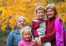 Het gelukkige openluchtportret van de familieherfst royalty-vrije stock foto