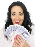 Het gelukkige Opgetogen Aantrekkelijke Jonge Geld van de Vrouwenholding Royalty-vrije Stock Foto's