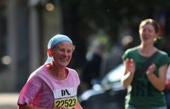 Het gelukkige oude dame lopen Royalty-vrije Stock Foto