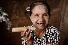 Het gelukkige oude gerimpelde Aziatische vrouw roken Stock Afbeeldingen
