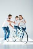 Het gelukkige ouders leuk onderwijzen weinig dochter berijdende fiets royalty-vrije stock foto
