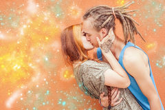 Het gelukkige paar die van de Valentijnskaartendag rood hartsymbool houden Stock Foto's