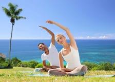 Het gelukkige paar die yoga maken oefent in openlucht uit Royalty-vrije Stock Afbeelding