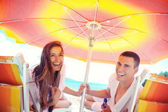 Het gelukkige paar heeft pret op het strand stock afbeeldingen