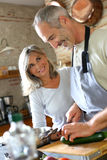 Het gelukkige paar koken samen in keuken royalty-vrije stock afbeelding