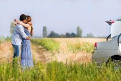 Het gelukkige paar kussen Stock Foto