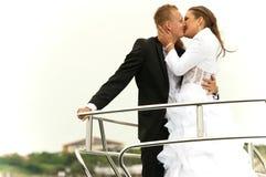 Het gelukkige paar kussen Stock Foto's